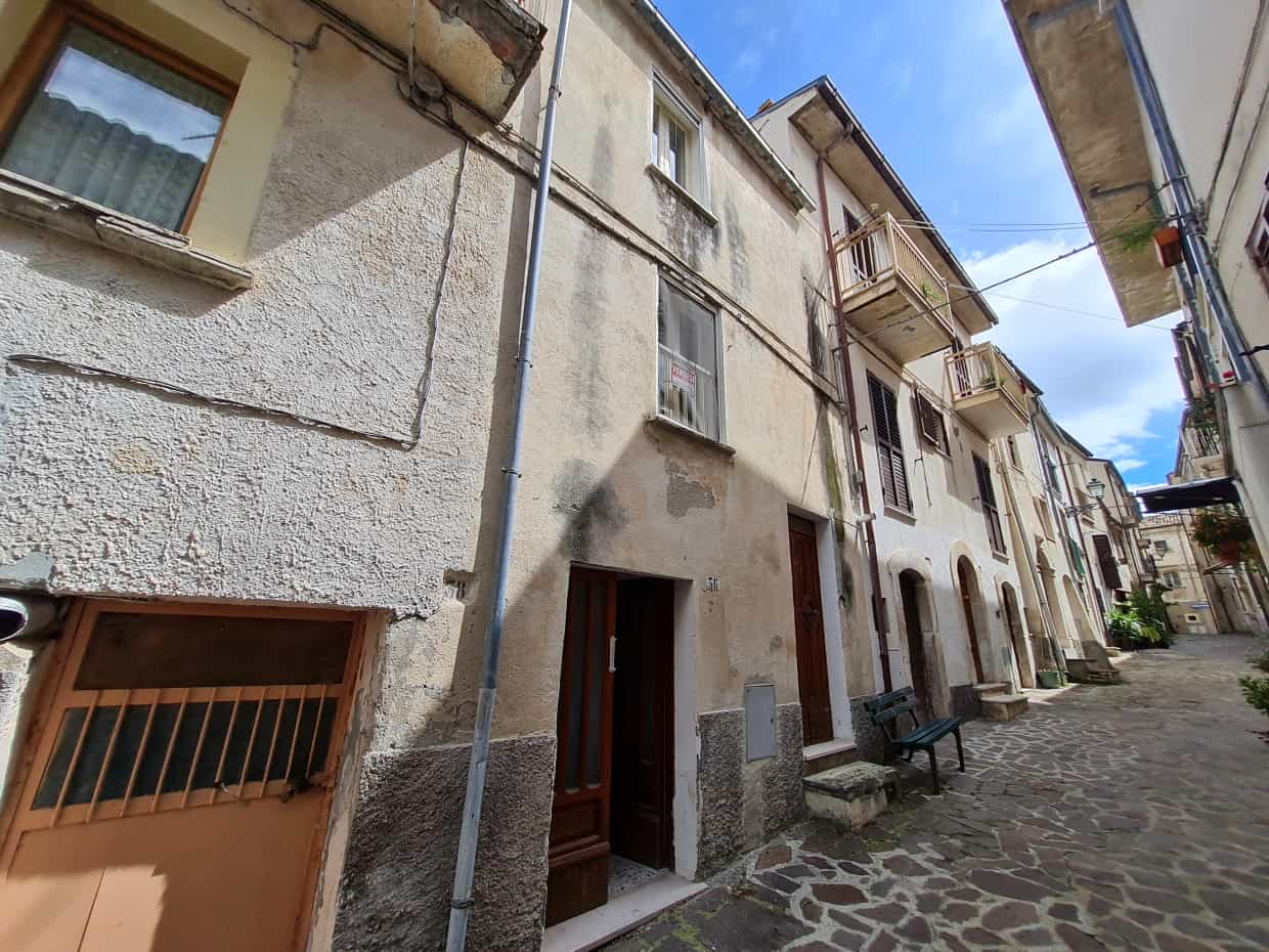 Ref 131 Stone townhouse in a tourist town
